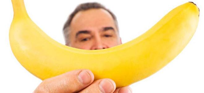 мужчина с фруктом в руке
