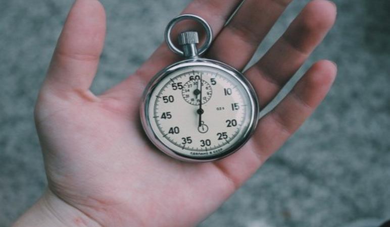 секундомер в руке